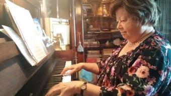 Olga Xirinacs, a més d'haver creat una prolífica  i llorejada carrera literària en tota mena de gèneres, ha estat professora de piano; a la fotografia, toca  a casa seva, a Tarragona, el novembre del 2019