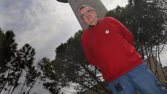 Sebas Parra, fotografiat davant la torre de telecomunicacions construïda al sector Torre Alfons XII de Girona