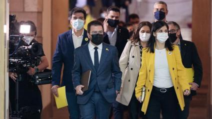 Diputats d'ERC acompanyant el vicepresident de la Generalitat amb funcions de president, Pere Aragonès, al ple d'investidura