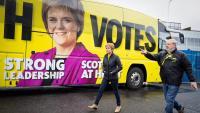 La primera ministra d'Escòcia i líder del Partit Nacional Escocès (SNP), Nicola Sturgeon i el candidat central d'Edimburg, Angus Robertson, durant una visita a Gorgie, a Edimburg