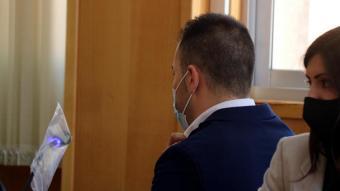 L'home condemnat per fer-se passa per policia per coaccionar noies, al costat d'una advocada