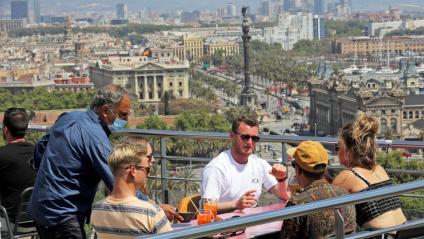 Un cambrer serveix en una terrassa a Barcelona