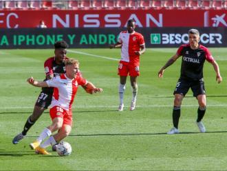 Samu Saiz rep la pressió de Boyomo, en una acció del partit entre el Girona i l'Albacete disputat a Montilivi