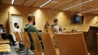 Els dos acusats escolten la declaració en el judici com a testimoni d'un dels homes que també havien estat imputats