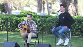 Miki Núñez i el seu guitarrista, ahir a Empúries