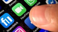 Un usuari obre l'aplicació de Facebook al telèfon mòbil