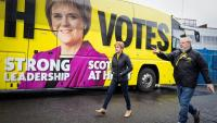 Sturgeon, ministra principal d'Escòcia i líder de l'SNP, amb el candidat central d'Edimburg, Angus Robertson, ahir, en un acte de campanya