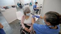 Una dona rep la vacuna a la fira de Barcelona