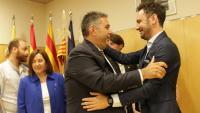 El fins ara portaveu de Ciutadans, Juan Antonio Ramírez, felicita l'alcalde electe (dreta) el juny del 2019