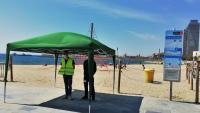 Dos informadors de les platges de Barcelona, ahir, al punt d'accés a la platja de la Nova Icària, de pas obligat per accedir a la sorra