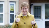 Nicola Sturgeon en la jornada d'ahir al davant de casa seva, a Glasgow