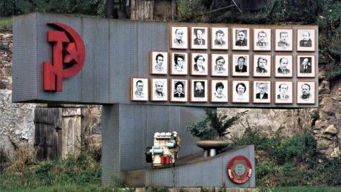 Monument  d'homenatge als treballadors d'una fàbrica de motors de Velké Mezirící, prop de Praga