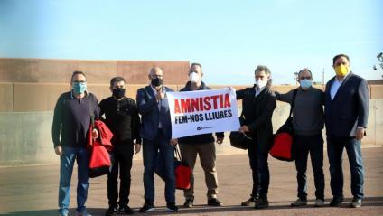 El set presos polítics en una imatge a Lledoners, amb el domàs d'Òmnium que reclama l'amnistia