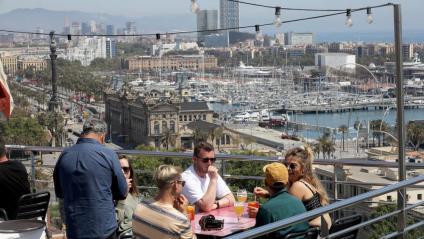 Un grup de gent en una terrassa a Barcelona