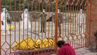 Familiar que s'acomiada a Katmandú d'una persona morta per Covid-19 abans de ser cremada
