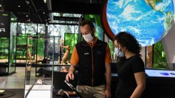 En època de la Covid l'experiència tàctil del museu de la ciència s'ha suplert amb educadors