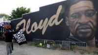 Dues persones al davant d'un mural de George Floyd, a Atlanta