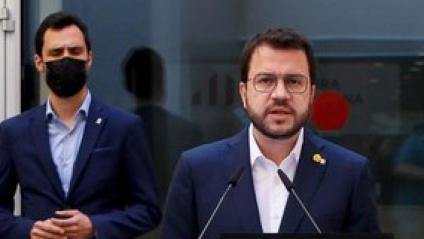 Aragonès acompanyat de membres de l'executiva, ahir, davant la seu d'ERC