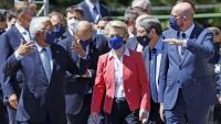 Ursula von der Leyen, cap de la Comissió Europea, ahir, amb més líders de la UE