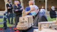 El bisbe de Girona, admirant la maqueta de la catedral