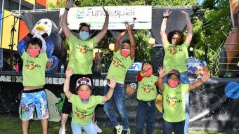 Nens participant, ahir, a una festa de la Fundesplai al Prat de Llobregat