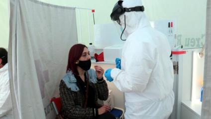 Una dona prenent-se la mostra nasal en un cribratge massiu a Lleida aquesta setmana