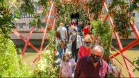 Visitants a la mostra de flors de Girona, ahir.