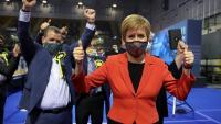 La primera ministra escocesa, Nicola Sturgeon, en una visita un centre de recompte electoral pels comicis a Escòcia, a Glasgow