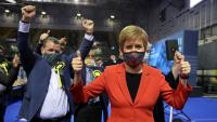 Nicola Sturgeon, ministra principal d'Escòcia i líder del Partit Nacional Escocès (SNP), en un dels centres del recompte de les eleccions de dijous
