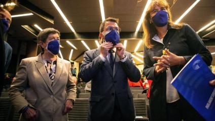 La presidenta del Parlament , Laura Borràs, amb el vicepresident en funcions, Pere Aragonès, i la delegada del govern, Teresa Cunillera, en un acte en el marc del Dia d'Europa. A baix, els diputats Carles Riera (CUP) i Jéssica Albiach (Comuns)