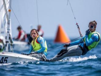 Slivia Mas, al timó, i Patricia Cantero en l'europeu de la classe 470