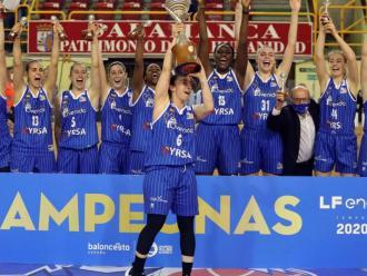 Sílvia Domínguez aixeca la copa de campiones per al Perfumerías Avenida