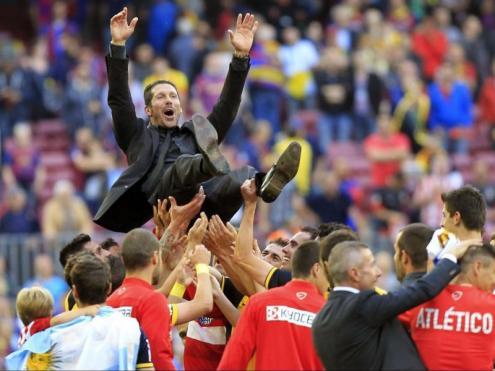 Els jugadors de l'Atlético fan volar Simeone després de guanyar la lliga al Camp Nou