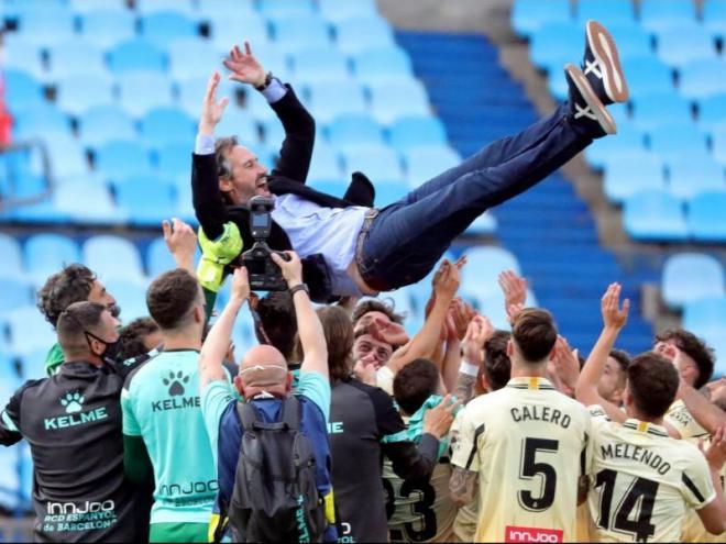 Vicente Moreno mantejat després de l'ascens de l'Espanyol. El quart ascens del tècnic de Massanassa.