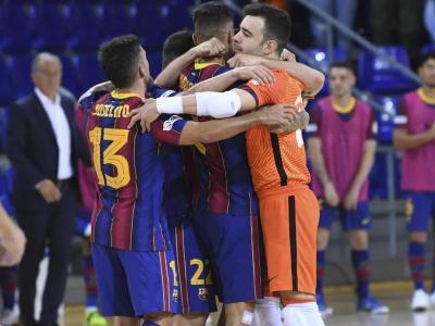 Els jugadors del Barça s'abracen després del triomf