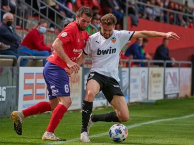 Masó lluita una pilota amb un rival del València Mestalla