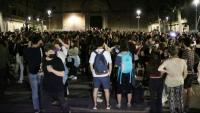Desenes de persones a la plaça de la Virreina de Barcelona la nit de dissabte a diumenge