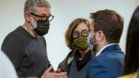 Carles Riera i Eulàlia Reguant (CUP-UNCPG) parlen amb Pere Aragonès (ERC)