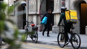 Un nrider en bici a Barcelona