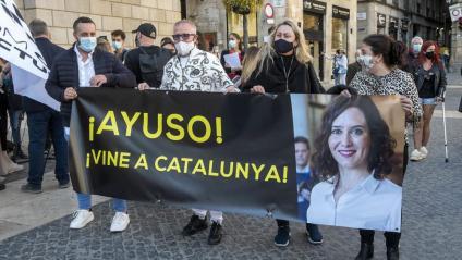 Treballadors  de l'oci nocturn , ahir a Sant Jaume, amb una pancarta al·lusiva a la presidenta de Madrid