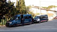 Dues furgonetes dels Mossos d'Esquadra en un registre a Sant Feliu de Guíxols