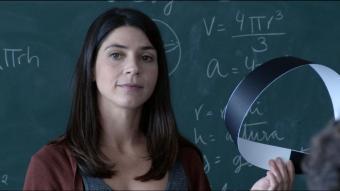 Aida Oset és una professora que investiga un cas d'assetjament a 'Moebius'