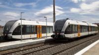 Dues unitats dels últims models de trens dels Ferrocarrils de la Generalitat, aturats a l'estació de Balaguer