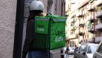 Una repartidora d'Uber Eats truca a l'intèfon per poder fer una entrega