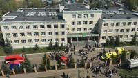 Efectius dels bombers, sanitaris i de la policia, a l'entrada de l'escola atacada a Kazan, al Tatarstan, ahir