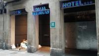 Una dona dormint en l'entrada d'un hotel tancat per la falta de clients al carrer Sant Pau, al barri del Raval