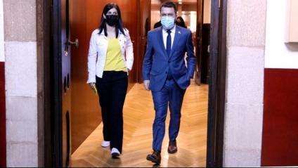El presidenciable d'ERC, Pere Aragonès, amb la secretària general adjunta i membre de l'equip negociador, Marta Vilalta, ahir al matí al Parlament