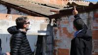 Els impulsors de Detecta assenyalant restes de fibrociment en una teulada d'una nau abandonada a Cubelles