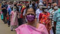 Gent fent cua per vacunar-se a l'Índia