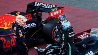 Valteri Bottas (dreta) parla amb Lewis Hamilton en presència de Max Verstappen (esquerra) al parc tancat un cop acabat el gran premi disputat al Circuit de Catalunya el cap de setmana passat